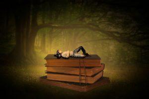 Mensch in einen Traum liegt in einem Wald auf Bücher, die größer als er sind.