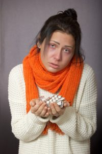 Kranke Frau mit Medikamente in der Hand